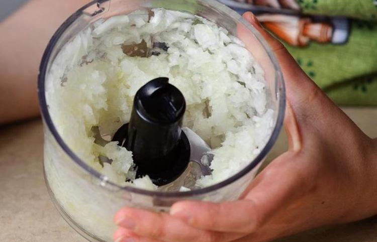 Не усердствуйте с перемалыванием лука в блендере, из него очень тяжело вывести едкий запах