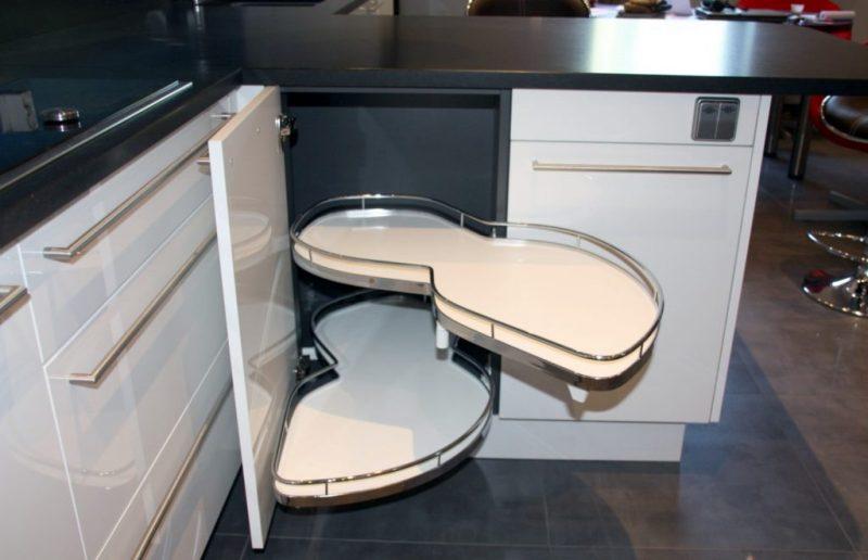 Выкатная угловая полка на кухню