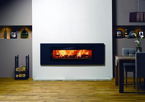 Вариант сверхширокого камина хорошо смотрится в комнатах, оформленных в минималистичном стиле, становясь главным акцентом помещения
