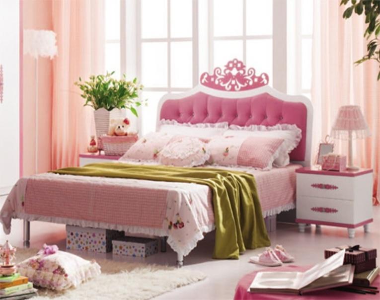 Большая двуспальная мебель в интерьере комнаты ребенка