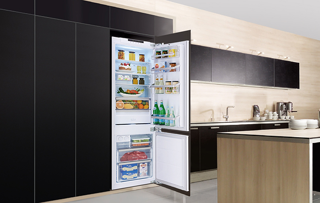 Холодильник встроен в стенку