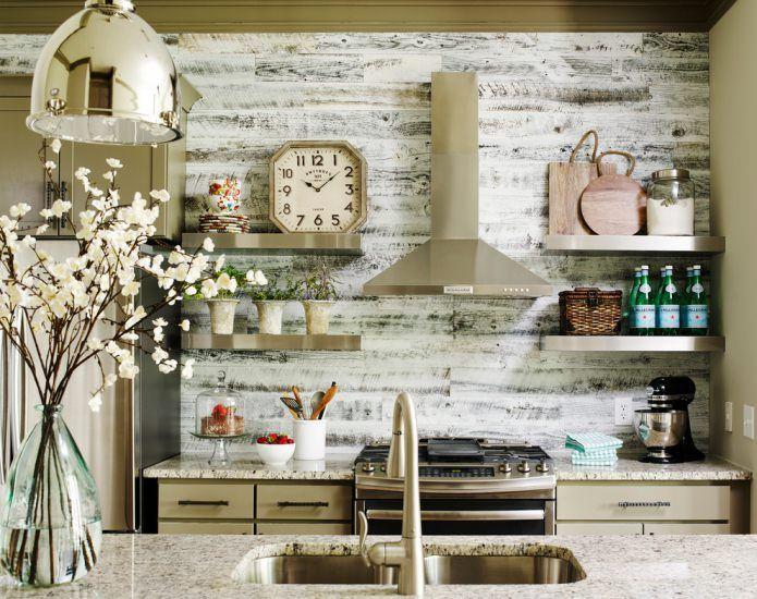 Ламинат на стене в интерьере кухни.
