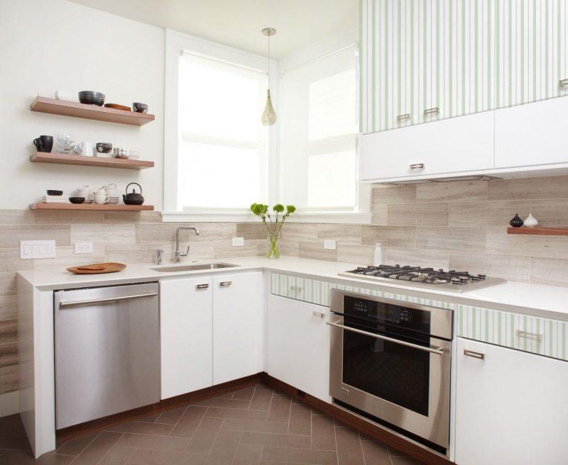 Отделка кухонной стены светлым ламинатом.