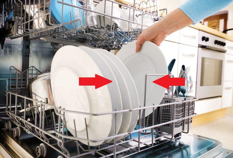 """Рейтинг встроенных посудомоечных машин 45 см. Ставьте тарелки """"лицевой"""" стороной к центру корзины: обычно разбрызгивание воды в машинах направлено так, что именно в этом положении они промоются безупречно"""