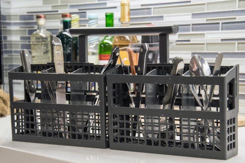 Рейтинг встроенных посудомоечных машин 45 см. Съемная корзина для столовых приборов