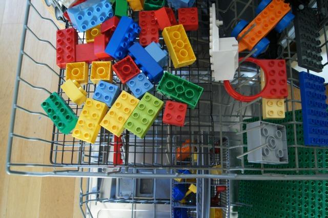 Рейтинг встроенных посудомоечных машин 45 см. Трюк для молодой мамы: мойте и сушите детский конструктор (и другие игрушки, не боящиеся воды) в посудомоечной машине