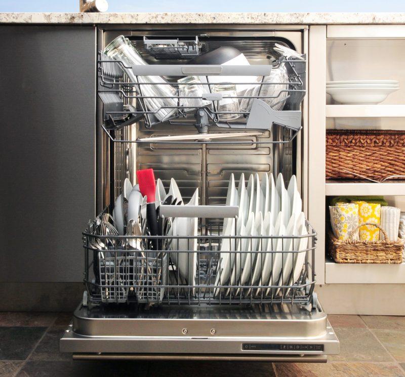 Рейтинг встроенных посудомоечных машин 45 см. Если вы часто принимаете большое количество гостей, подумайте о размещении на кухне полноразмерной посудомоечной машины, которая справляется с большим количеством посуды за один цикл мытья