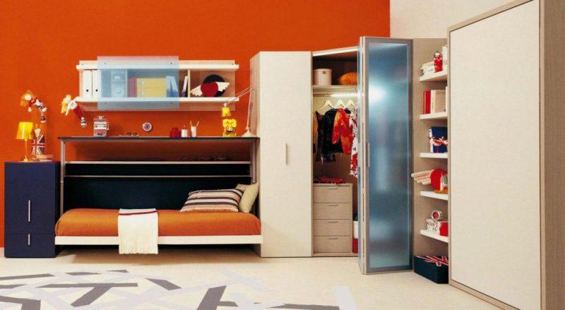Кровать трансформер с подъёмным столом в комнате подростка