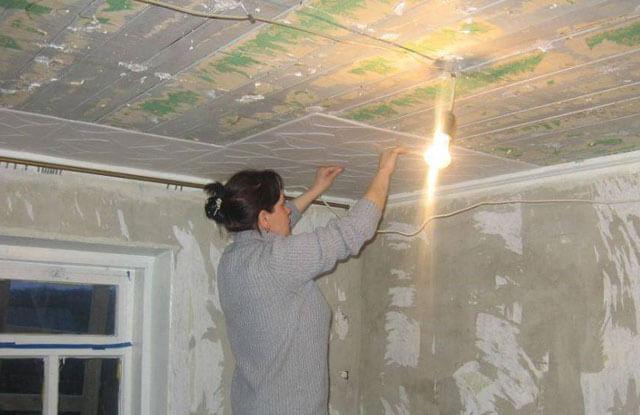как оклеить потолок плиткой