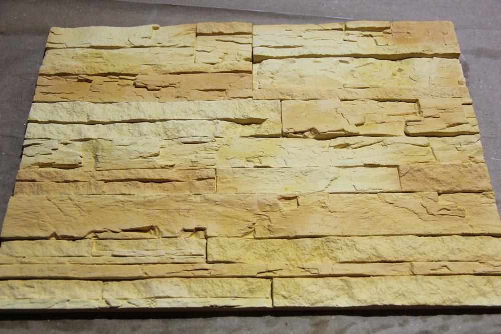 Залитый бетоном фундамент под кирпичный камин – порядовку, который должен хорошо просохнуть. Кирпичи с фронтальной стороны выложены для фиксации, в дальнейшем их следует убрать
