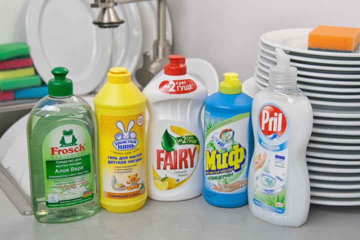 Для очистки потолка можно использовать средства для мытья посуды