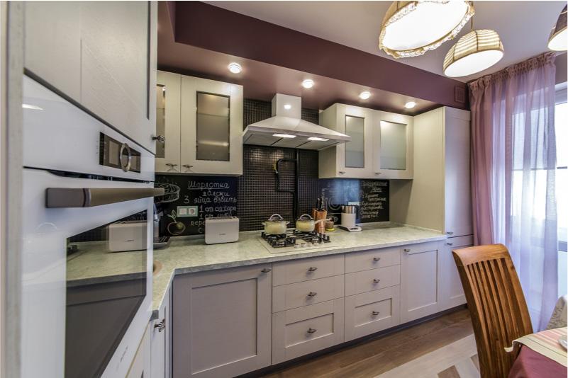 Белая кухня со столешницей из агломерата