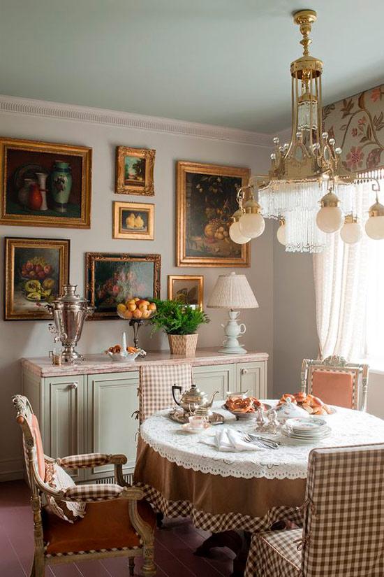 Цветной тканевый потолок в интерьере кухни-столовой