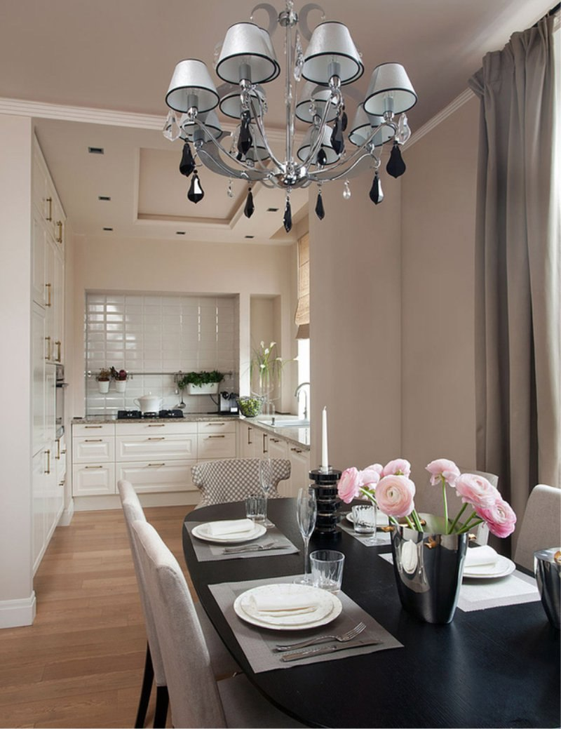 Двухуровневый потолок на кухне-столовой