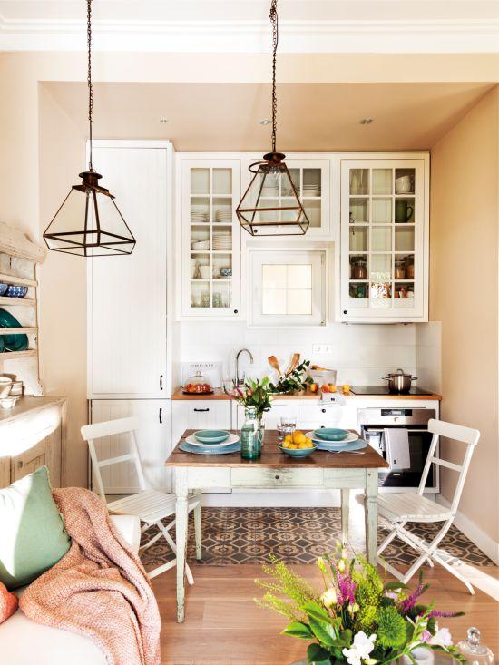 Пестрая плитка на полу кухни-гостиной