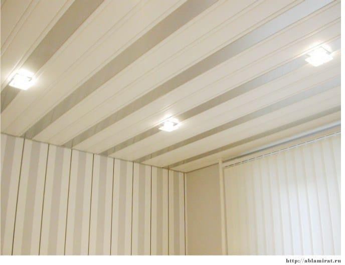 Пластиковые потолочные панели на кухне