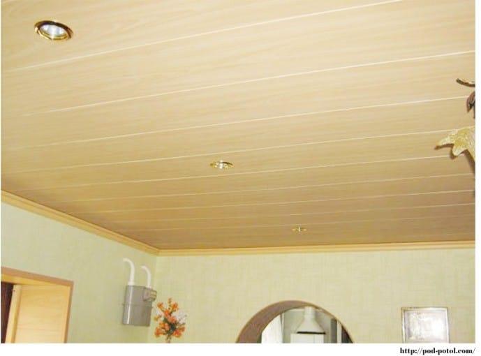 Пластиковые потолочные панели на кухне - имитация дерева