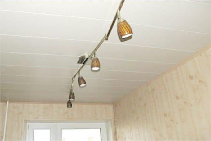 Пластиковые потолочные панели - светлые