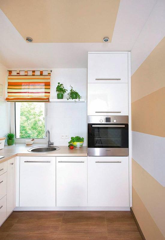 Покрашенный потолок на маленькой кухне