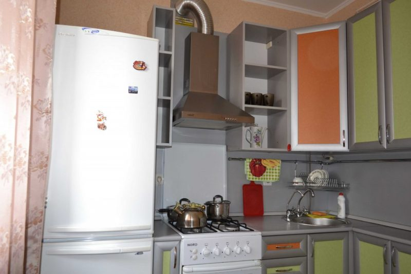 Холодильник и газовая плита на кухне