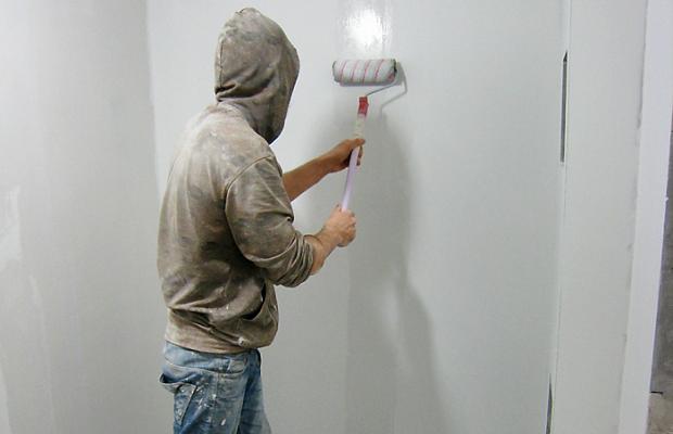 Подготовка стен к наклеиванию обоев