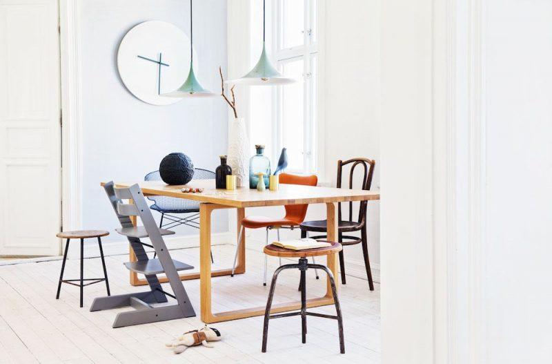 Растущий стул органично смотрится с другими стульями