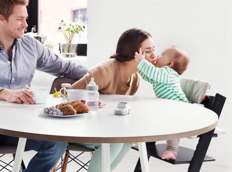 Возможность трансформации стула позволяет ребенку комфортно чувствовать себя за столом