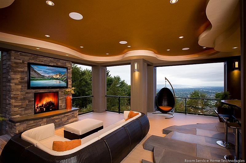 Необычный интерьер комнаты с телевизором над камином