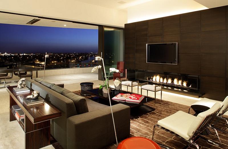Сногсшибательный интерьер комнаты с телевизором над камином