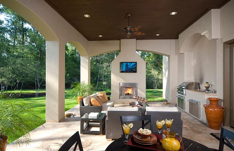 Замечательный интерьер комнаты с телевизором над камином