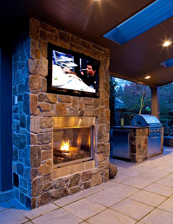 Хороший интерьер комнаты с телевизором над камином