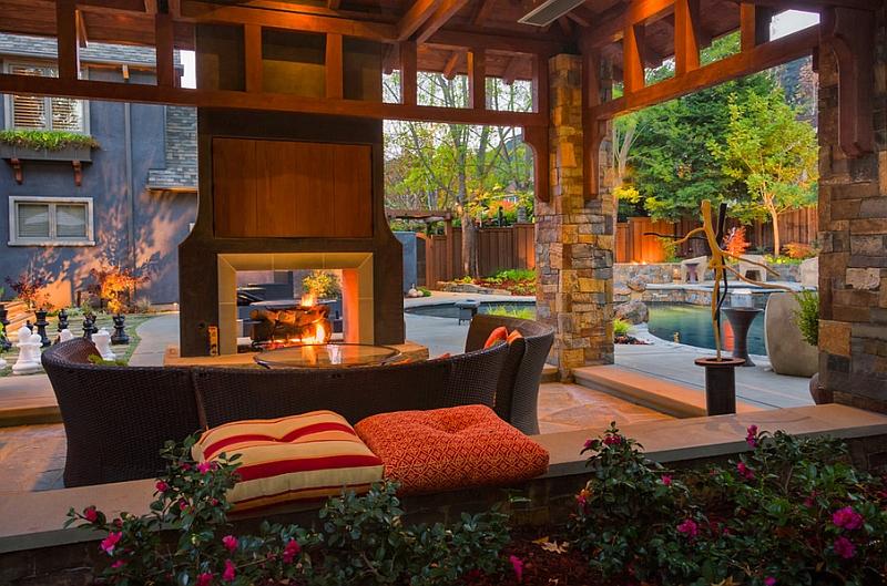 Стильный интерьер комнаты с телевизором над камином