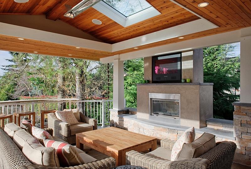 Изысканный интерьер комнаты с телевизором над камином