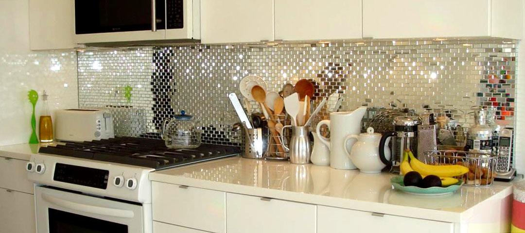 монтаж зеркального фартука на кухне