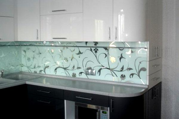 зеркальный фартук на кухне фото