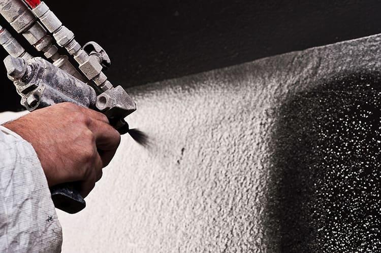 Грунтовку подбирают по нескольким параметрам: по типу поверхности и по виду краски, которую вы планируете потом наносить