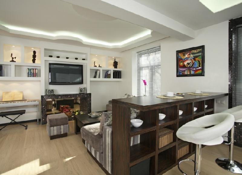 Разноуровневая барная стойка в интерьере гостиной