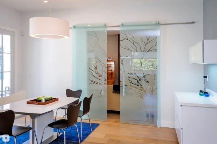 Разделение кухни-гостиной раздвижными конструкциями