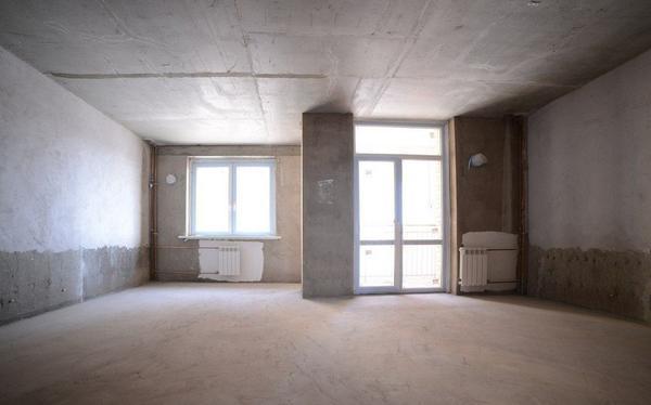 Чтобы приступить к ремонту в гостиной, прежде всего нужно убрать всю мебель и очистить комнату от лишних вещей