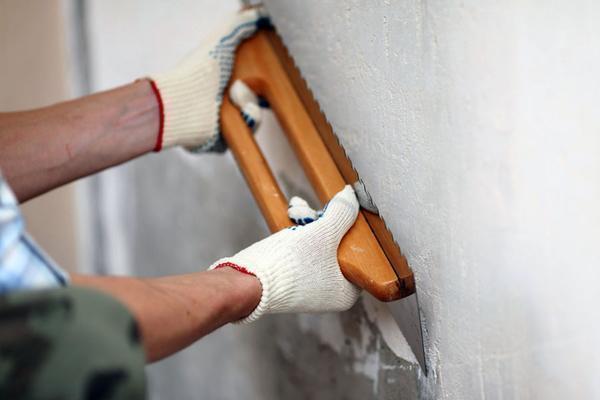 Для отделки стен в гостиной лучше всего подойдут флизелиновые либо шелковые обои высокого качества