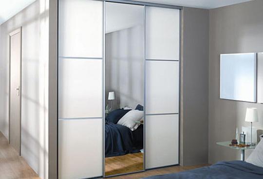Матовый шкаф в спальне
