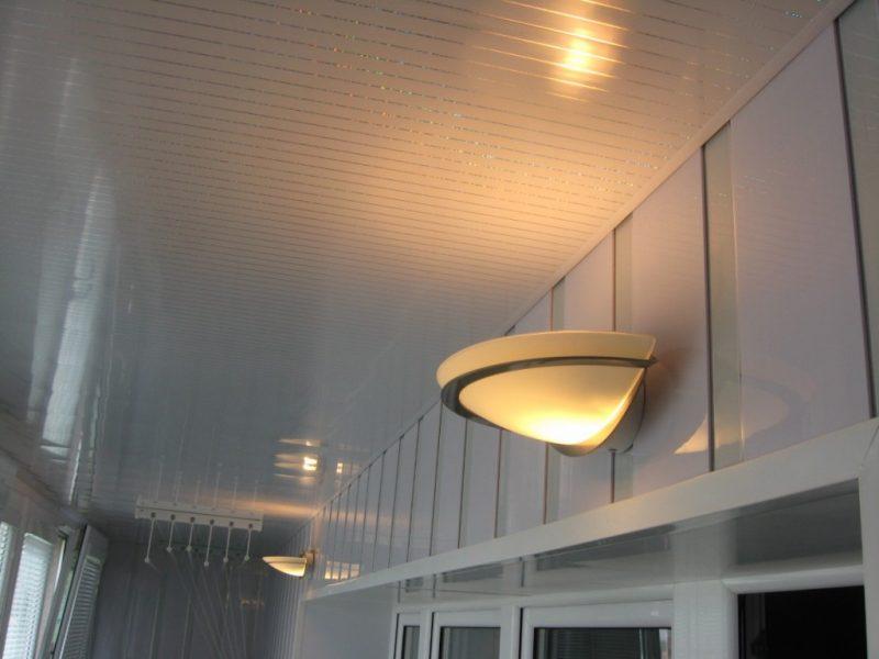 Монтаж освещения на балконе
