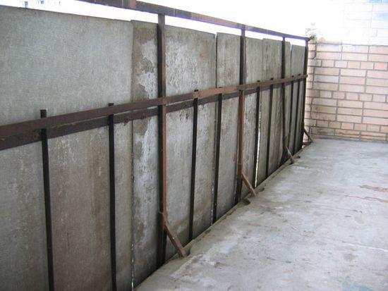 Важно! Самостоятельно можно обшивать только те балконы, ограждение которых выполнено из металлических решеток. В этом случае все работы производятся изнутри, что повышает безопасность монтажа. Для обшивки балконов с бетонными стенками лучше нанять специалистов, у которых есть соответствующее снаряжение.
