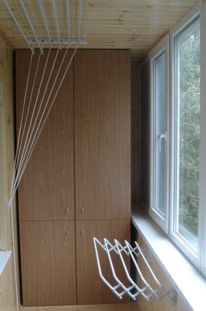 Две бельевых сушилки на балконе