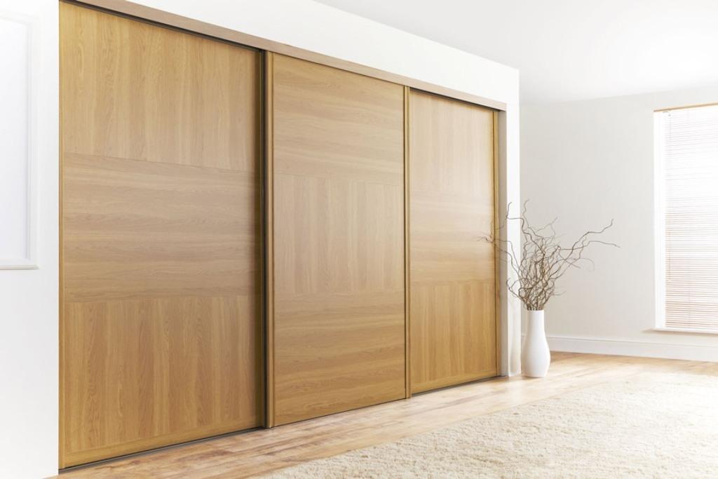 Светлый деревянный шкаф купе в спальне