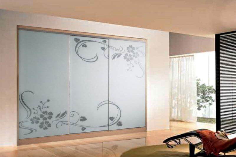 Встроенный шкаф купе матовый рисунок на стекле