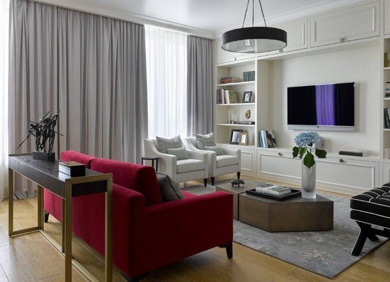 Бардовый диван в кухне-гостиной городской квартиры