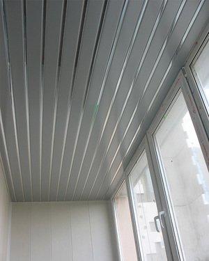 Потолок из алюминия на балконе