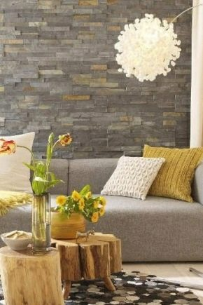 Декорирование стен в гостиной декоративным камнем