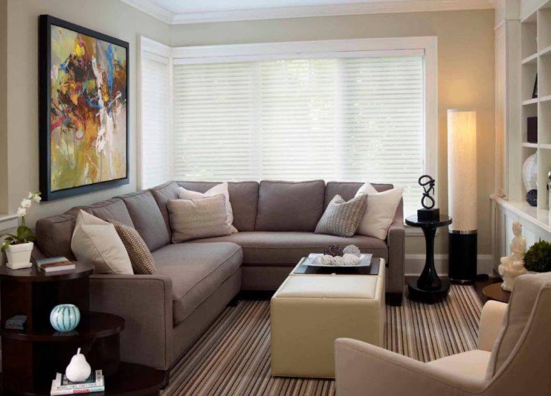 Угловой диван в зале двухкомнатной квартиры